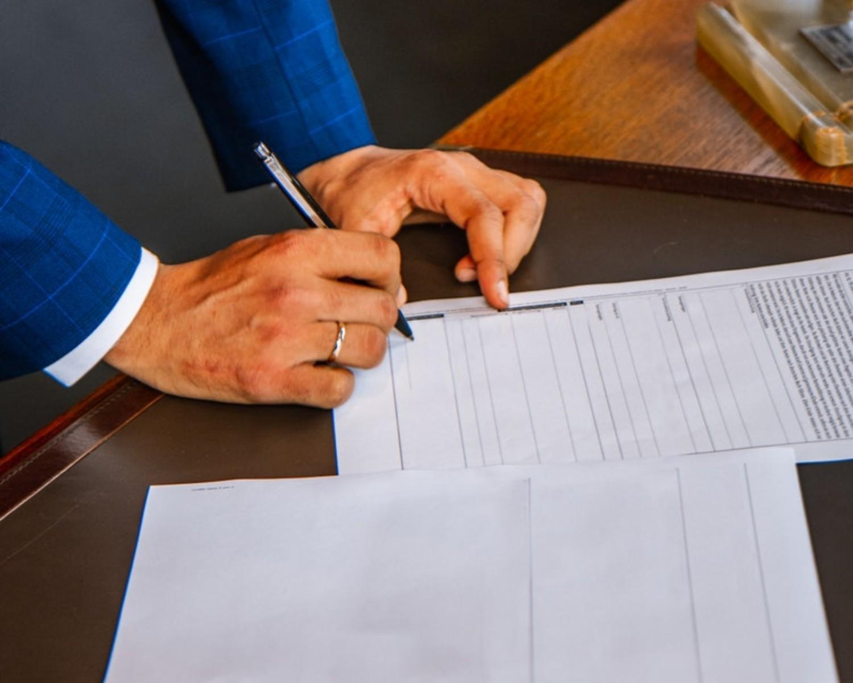 Czy CV się podpisuje? Składać podpis na CV i liście motywacyjnym?