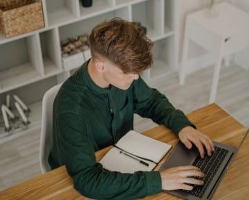 Mój jest ten kawałek biurka. Badanie opinii o pracy zdalnej w Polsce 2021