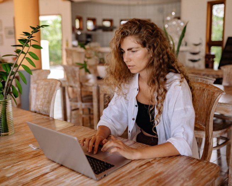 Proste CV: wzór jak napisać i 18 prostych CV szablonów online